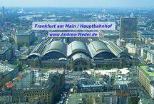 Frankfurt am Main / Frankfurt am Main, meine neue Heimatstadt, ist die größte Stadt des Landes Hessen und – nach Berlin, Hamburg, München und Köln – die fünftgrößte Kommune der Bundesrepublik Deutschland. Eine Besonderheit ist die Skyline der Stadt: Wegen der Bürogebäude, die zu den höchsten Europas gehören, wird Frankfurt gelegentlich als Mainhattan bezeichnet.