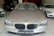 Auto-Sim S.A. - BMW 750i XDrive / AUTO-SIM S.A. to firma profesjonalnie zajmująca się sprzedażą, odkupem oraz wynajmem długoterminowym samochodów segmentu Premium (limuzyny, auta sportowe i terenowe).   Firma istnieje na rynku od roku  2001, a tworzy ją zespół ludzi związanych z motoryzacją od wielu lat. Nasz zespół to profesjonaliści posiadający duże doświadczenie w branży, ale przede wszystkim ludzie z pasją…