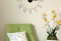 Relojes decorativos / Los relojes más que recordarnos la hora y ubicarnos en el tiempo, son excelentes elementos decorativos para nuestro hogar. Si tienes una pared o muro vacío puedes probar con relojes originales o vinilos de relojes que logran dar un toque original a ese espacio. Hoy te dejamos algunas ideas para que te inspires y busques un rincón para decorar.