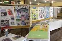 Exposición de materiales y carteles sobre programas, servicios y actuaciones de las bibliotecas escolares malagueñas. Abril de 2014 / Materiales de lectura, escritura, competencia informacional de las bibliotecas escolares.
