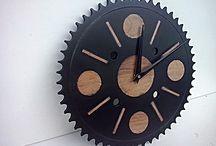 """Work: Horlogue """"Rouage"""" / Ici le bois et le métal se complètent parfaitement l'un et l'autre apportent un plus au second. Le métal coloré nous offre un touche contemporaine et chic, tandis que le noyer nous apporte un côté chaleureux et tendance.   L'alliance des deux matériaux nous donnes un contraste harmonieux"""