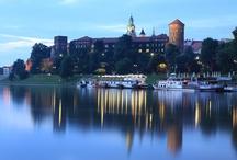 Krakow / Kraków, europeisk kulturstad, med drygt 1 miljon invånare är den mest besökta staden i Polen. Den är ett livaktigt, vetenskapligt, ekonomiskt och socialt centrum. Kraków är vetenskapens stad. Här finns en av de äldsta högskolorna i Europa – Jagiellonska universitetet grundat 1364. Vid 24 högre läroanstalter studerar drygt 170 000 studenter. Staden har många sevärdheter, som gör vistelsen här intressant och trevlig.  http://www.polen.travel/sv/stader-och-stadslivet/krakow