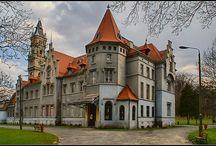Nakło Śląskie - Pałac Donnersmarcków / Pałac Donnersmarcków w Nakle Śląskim. Budowę pałacu w stylu neogotyckim rozpoczął w 1856 roku Hugo von Donnersmarck, prawdopodobnie w miejscu starszego dworu. Budowę ukończył jego syn Łazarz IV (1835-1914), który zamieszkał w nim jeszcze za życia swojego ojca. Pałac był jedną z głównych siedzib bytomsko-siemianowickiej katolickiej linii Donnersmarcków. Obecnie działa tu Centrum Kultury Śląskiej.