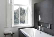 Graues Badezimmer