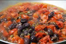 Profumi / Dalla cucina arrivano profumi meravigliosi, in padella il sughetto con olive, capperi e pomodorini di Corbara. Lo stoccafisso con le patate, pomodorini e prezzemolo riccio è pronto per l'asporto. Il numero da chiamare è 081 8991843/ 333 2963740. La tavola è pronta per accogliere i nostri ospiti, mentre io ho deciso di mettere mano alla mia cantina, oggi propongo un buon bicchiere di vino rosso. Buon pranzo a tutti, vi aspettiamo! Per informazioni e prenotazioni telefono 081 8991843/ 333 2963740