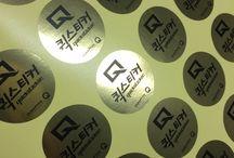 Gold Film Stickers / 금색의 필름류 스티커 소재입니다. 물에 젖거나 잘 찢어지지 않는 비닐 소재이며, 고급스럽고 황금색의 색상이 돋보입니다.