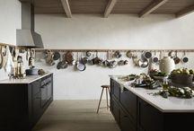 Upptäck shakerstilen | Marbodal / Om du är intresserad av shakerstilen hemma är en bra början att bjuda in naturen i köket. Smarta och funktionella detaljer i trä, tvättat linne och generösa men samtidigt avskalade arbetsytor är ett måste. Låt det stilrena stå i fokus.