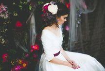 Secret Garden / Viel Tüll und unzählige Blumen ließen ihn zu einem mystischen Ort werden, ideal für unsere Bohemian Inspiration mit Blumenkrone und lockerem Schleier. Im klaren Kontrast zu dieser märchenhaften Boho Stimmung steht unser schlichtes, elegantes 50er Jahre Brautkleid mit Ärmeln. Durch die Farben des Gürtels und den zarten Tüll des Brautkleides fügt es sich aber ganz wunderbar in das Gesamtbild ein.