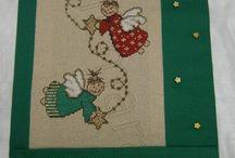 Πανό Χριστουγεννιάτικα,κορδέλες,πετσέτες. / Ένα όμορφο πανό που είναι θήκη για ευχές(κάρτ-ποστάλ)...παλιές και νέες. Πετσέτες προσώπου,χεριών 'η κουζίνας κ.α. Για τα υλικά και τα σχέδια,αλλά και τις κρεμάστρες των πανό,μπορούμε να σας εξυπηρετήσουμε όπου κι αν βρίσκεστε.! Γιούλη Μαραβέλη,Βελισσαρίου 13-Χαλκίδα. Τηλ:22210-74152.