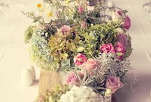 Table flowers / Krismisrose, rose en grys loof, informeel, romanties