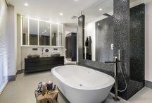 Hoog.design | Luxe badkamers / Dagelijks ontkomt u er niet aan, dat u op de badkamer moet zijn. Eigenlijk het eerste bezoek aan de badkamer vindt al plaats als u opstaat. De crèmes en make-up worden aangebracht en ook wordt het haar in model gebracht.