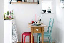 kuchnia hygge / W wielu domach kuchnia to serce, które tętni radością, rozbrzmiewa śmiechem, pachnie świeżym pieczywem i aromatycznym kakao. Jeśli marzy ci się kuchnia hygge - czyli przytulność w najprostszej postaci - zobacz, co dla ciebie przygotowaliśmy! W naszych inspiracjach znajdziesz drewniane stoły do dużych i małych pomieszczeń, surowe i naturalne dodatki w skandynawskim stylu, lniane obrusy i ściereczki, wspaniałe kompozycje kwiatowe. Zobacz, jak pięknie rozchodzi się światło w przestrzeni hygge!