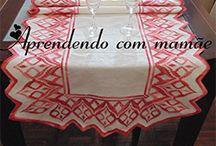 Centro de mesa em Ponto reto / Toalha feita com a linha Monalisa da Círculo Mesclada pink, em cânhamo grosso, agulha trapestry para bordar nº 22.