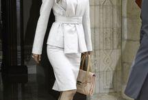 CLASSIC STYLE / STILUL CLASIC se remarcă prin modele vestimentare lipsite de artificii, simple, rafinate, elegante. Este sinonim cu stilul natural. Ţinutele iau forma corpului şi sunt realizate din ţesături naturale. Piese cheie: cămaşa albă, deux pieces, fuste drepte şi stilou, cămăşi din mătase, rochii elegante, eşarfe, pantofi clasici cu toc.