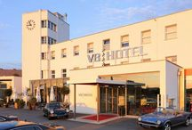 """Hotelul V8 – """"raiul"""" pentru pasionatii de automobile retro! / Hotelul V8 din Sttuugart este un paradis pentru persoanele impatimite de automobile retro. Toate camerele au o tematica legata de automobile."""