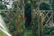 Country cottage garden / Country cottage style gardens create one with trellis and arches and cottage garden plants