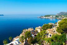 Traumhaftes Mallorca / Wie traumhaft Mallorca ist, ist kein Geheimnis.  Weite Landschaften mit vereinzelten Dörfchen sind hier zu finden. Weiße Sandstrände und das Türkis des flachen Meeres sorgen für ein traumhaftes Panorama. Pinienduft in der Nase, von unten schimmert durch das Grün der Baumkronen die türkisblaue Bucht mit ihrem weißen Sandsaum: Mallorca ein Goldstück der Balearen.