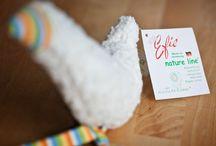 Efie / Desde 1951 que a Efie representa os brinquedos de design intemporal para bebés, macios e produzidos na Alemanha. O lema da marca é garantir em cada brinquedo uma sensação natural de textura macia ao toque. Todos os artigos têm certificado de algodão biológico e comércio justo. Todos os produtos Efie são feitos com algodão 100% biológico com certificado GOTS – Global Organic Textile Standard. | Disponível em www.rebento.pt