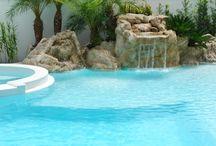 Cristal Color - Cristal / O revestimento mais clean da linha exalta a transparência das águas cristalinas, além de ostentar um acabamento superior. Projetado com precisão para produzir um efeito brilhante na piscina, o Cristal se utiliza do reflexo da luz solar e dos pontos de destaque em quartzo branco para uma água em tons claros de azul.