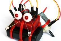 VARIOBOT kabibo / VARIOBOT kabibo: Mini-Roboter schafft spielerisch Zugang zur Welt der Elektronik  Zielstrebig folgt der Sonnenanbeter der Taschenlampe. Direkt unterhalb der Lampe stoppt der kleine Roboter mit den großen Augen. Mit vielen verblüffenden Funktionen zieht kabibo seine Betrachter in seinen Bann und eröffnet Kindern und allen Junggebliebenen einen sehr spielerischen Zugang zur faszinierenden Welt der Elektronik und der Fahrroboter.