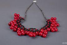 """Colier """"Strugurei rosii"""" / Este un colier confectionat din margele din plastic rosii și margele de nisip negre. Este perfect ca accesoriu pentru tinutele de zi sau office. Poate fi confectionat si in alte combinatii de culori."""