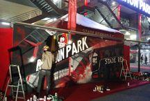 Avant-match SRFC-PSG / Le Stade Rennais Football Club a invité la Crémerie pour animer l'avant-match de prestige : SRFC-PSG comptant pour la 12ème journée de Ligue 1. L'équipe de graffeurs rennais a réalisé une fresque d'une vingtaine de m² juste devant la porte 4 du Roazhon Park, pour accompagner l'arrivée des joueurs rouges et noirs dans l'enceinte du stade. Pompom girls, échassiers ansi que nos amis freestylers de Foot Air étaient également au rendez-vous pour la réception du Paris Saint-Germain.