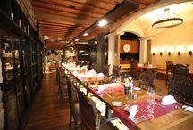 """Gaumenfreuden / In wahrlich himmlische Sphären tauchen Sie beim Besuch in eines der verschiedenen Themenrestaurants des Alpine Palace, wie zum Beispiel der traditionellen Bürgerstube oder der gemütlichen Rauchkuchl, ein. Allen voran das von Gault-Millau mit zwei Hauben ausgezeichnete """"Arte Vinum"""", das allen Ansprüchen exklusiver Kulinarik mehr als gerecht werdende Restaurant & Weinkeller."""