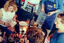 Heimat Küche+Bar im 25hours Hotel Hamburg Hafencity / Die Heimat Küche+Bar ist das Wohnzimmer der HafenCity. Treffpunkt für Hotelgäste, die Nachbarschaft und alle Hamburger. Auf der Karte stehen beliebte Klassiker und saisonale Gerichte zubereitet mit regionalen Zutaten.