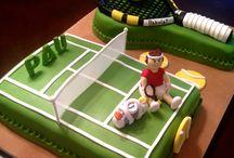 Pista de tenis y raqueta.