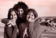 El Equipo de Ellas Escuchan / Somos madre e hijas y tres cómplices amigas.  Hace tiempo teníamos la ilusión de emprender juntas, y con el paso de los años y las vivencias de cada una, la ilusión se fue convirtiendo en una necesidad casi visceral; en ese algo que teníamos que hacer. Un día en una comida de chicas, decidimos que había llegado el momento de fusionar vocación-corazón-ilusión-experiencia y formación de dos generaciones de mujeres, entonces pusimos manos a la obra.