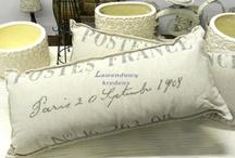 Poduszki francuskie / Poduszki francuskie z bawełnianymi oraz lnianymi, zdejmowanymi poszewkami, na których widnieją przepiękne wzory, takie jak kartki pocztowe czy napisy. Poduszki w stylu prowansalskim mają w sobie tyle uroku, że tworzą przepiękną dekorację sypialni oraz salonu.