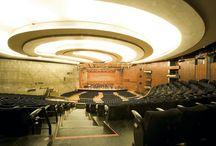 Beethoven-Saal / Beethoven-Saal  Der Beethoven-Saal ist der größte Raum im Kultur- und Kongresszentrum. Seine einzigartige Geometrie und die verwendeten Materialien - zum einen edle Hölzer wie Teak, Erle und Ahorn, zum anderen Sichtbeton -gewähren eine brillante Resonanz. Über 2.100 Sitzplätze verteilen sich über Parkett und Empore, deren geschwungene Form den Saal elegant und übersichtlich gliedert.