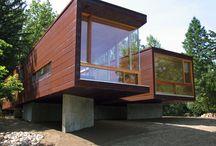 Casa Modular sobre Pilotes / Esta casa, es un claro ejemplo de que no hace falta mas de dos módulos para crear una magnifica vivienda de diseño a orillas del lago.