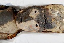 Momias de Chinchorro / Cuatro adultos y dos párvulos pertenecientes a la subdivisión momias negras forman parte de la Colección Antropológica del Museo de Historia Natural de Valparaíso. Las momias Chinchorro datan aproximadamente del 5050 a. C., y son consideradas las más antiguas del mundo.