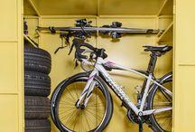 Szafy garażowe Box4Bike / Box4Bike został skonstruowany w taki sposób, by efektywnie wykorzystać miejsce postojowe w garażu podziemnym nie utrudniając przy tym parkowania.  W zależności od wariantu Box4Bike może pomieścić rowery, opony samochodowe, narty, buty narciarskie, rolki, kije golfowe, a także inne akcesoria i sprzęty, których przechowywanie w mieszkaniu jest kłopotliwe.