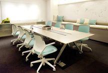 """konferenčné sedenie / pri plánovaní konferenčných miestností, či """"meeting rooms"""", je treba myslieť na čas, ktorý tam užívatelia strávia a podľa toho vybrať vhodné sedenie"""