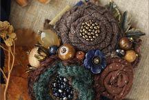 Flores de tecidos, crochet e botões