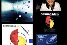 COSMIC BABY / Harald Blüchel (né le 19 février 1963 à Nuremberg en Allemagne) est un artiste de musique électronique allemand, plus connu sous son nom de scène Cosmic Baby. Blüchel est également bien connu pour sa participation dans divers projets musicaux comme Energy 52 avec Kid Paul et The Visions of Shiva avec Paul van Dyk. C'est un style et un son indissociable de toute une époque, celle des années 1990…
