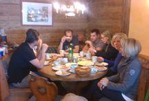 Gaudiwoche in der Skiregion Dachstein-West / Die Skiregion Dachstein West bot ein buntes und kostenloses Programm mit Early Morning Skiing, Live-Musik mit der Meissnitzer Band, Schuhplatteln und Heubinden auf der Hütte: Gaudi pur!