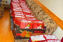 """Mindenki Karácsonya 2014 / Mindenki Karácsonya 2014  Pomáz önkormányzata évek óta megrendezi a ,,mindenki karácsonya"""" elnevezésű ünnepséget a rászoruló családok és idős emberek számára. Idén a Pomázi Művelődési Ház és Könyvtár felújítása miatt a rendezvény elmarad. A rászoruló családok és idős emberek számára az Önkormányzat 300 fő erejéig 2.000.- Forint értékben ajándékcsomagot oszt ki.  A csomagok már startra készek… http://www.pomaz.hu/news/756/mindenki-kar�csonya-2014"""