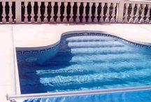 CAPCOVERS. Cubierta Recessed Toptrack / Cubiertas con mecanismo oculto para todas las piscinas.  Para piscinas de nueva construcción o ya construidas, independientemente de su forma. El motor se aloja bajo el coronamiento y se cubre con una tapa de aluminio anodizado. Los raíles son colocados en el exterior.