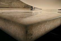 Mākslīgā akmens virsmas AKRILIKA STONE / Mākslīgā akmens virsmas ir lielisks apdares veids, ko izmanto virtuves virsmu, galda virsmu, palodžu un daudzu citu virsmu apdarē. Tas ir praktisks, ilgmūžīgs un viegli kopjams apdares materiāls.
