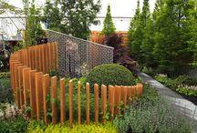 Drewno astystycznie w ogrodzie