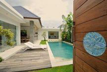 Villa Lotus / La villa Lotus bleu est une charmante maison avec piscine pouvant accueillir 4 personnes. Elle est située dans un quartier résidentiel de Seminyak, station balnéaire fastueuse de Bali. Cette villa vous offrira confort et quiétude à quelques minutes de la plage ou encore du bouillonnement de la Jalan Oberoi réputée pour ses restaurants, ses bars et ses boutiques chics et éclectiques.