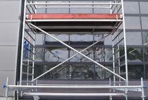 Unsere Rollgerüst Mietangebote / Unsere Alu-Rollgerüste sind in variablen Höhen bis 13,85 m Arbeitshöhe erhältlich. Ob für das Handwerk, für Werbeagenturen oder für den Messebau, wir bringen Sie flexibel und sicher nach oben.