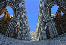 Abbazia di San Galgano / L'abbazia di San Galgano è un'abbazia cistercense, sita ad una trentina di chilometri da Siena, nel comune di Chiusdino.