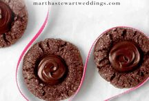 Chocolate Wedding Desserts / There's nothing better than a little chocolate on your special day. These are our favorite chocolate wedding desserts to help you plan!