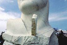 Igor Mitoraj / Igor Mitoraj (Oederan, 26 marzo 1944) è uno scultore polacco. Dopo aver studiato pittura alla Scuola d'arte di Cracovia e all'Accademia d'arte di Cracovia sotto la guida di Tadeusz Kantor, partecipò a diverse esposizioni collettive, ottenendo la prima personale nel 1967 alla Krzysztofory Gallery in Polonia. Nel 1968 si trasferì a Parigi, per continuare i suoi studi artistici.