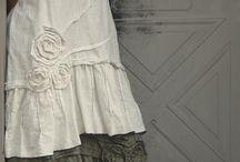 БОХО СТИЛЬ / Бохо стиль позволяет совмещать несовместимое в фактурах ткани и стилях, и раскрыть в женщине нежность, чувственность и свежесть. Этот изысканно - небрежный стиль подойдет каждой женщине от  девочки до бабушки. А рюши, воланы и кружева, в сочетании со свободным кроем и исключительными украшениями из натуральных материалов позволят выглядеть стильно любой женщине - главное чтобы вам всё это нравилось. А если  вам это нравиться - значит это вам идёт)))