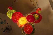 MORFIA Colliers disques / Perles en verre de Murano, en forme de grands disques, disposés asymétriquement ou paralellement
